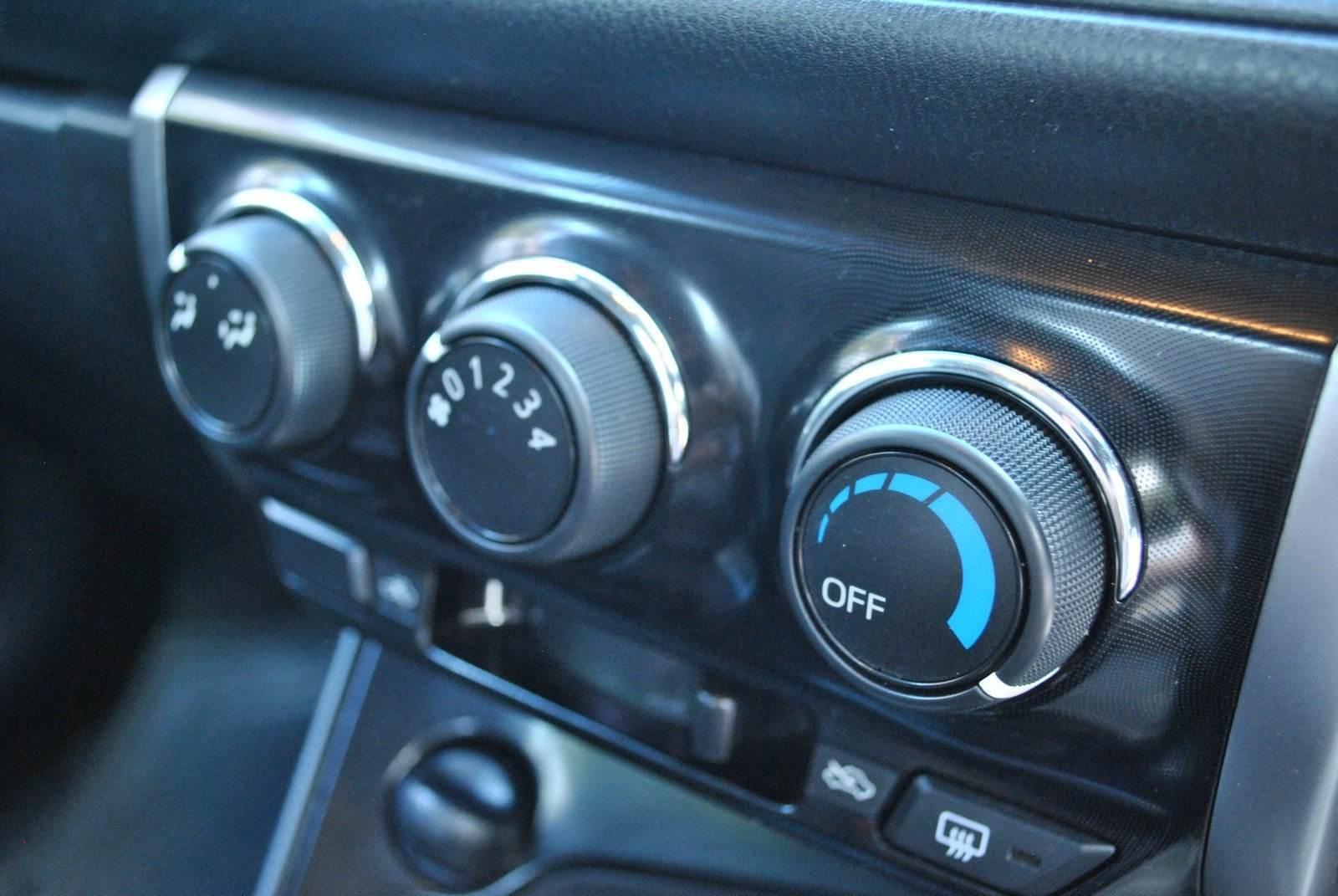 Ca în toate țările calde, mașinile nu au nevoie de sistem de încălzire. AC-ul e tot timpul pornit, neexistând buton On/Off