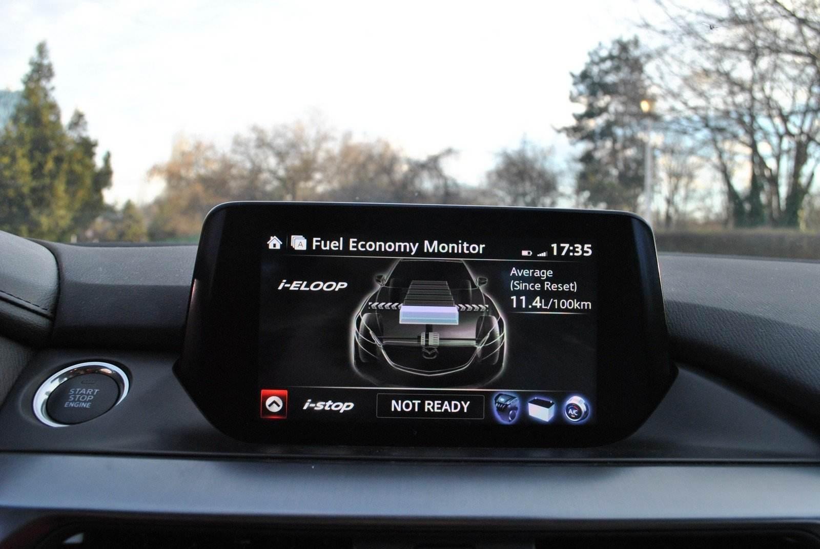 Sistemul i-ELOOP recuperează energia la frânare, o stochează într-un capacitor și o utilizează pentru alimentarea farurilor, a climatizării, sistemului audio și a altor consumatori, cât mașina stă pe loc, cu motorul oprit de funcția Start/Stop.