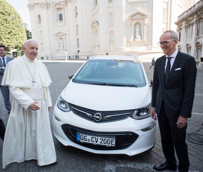 Papa Francisc Opel Ampera-e